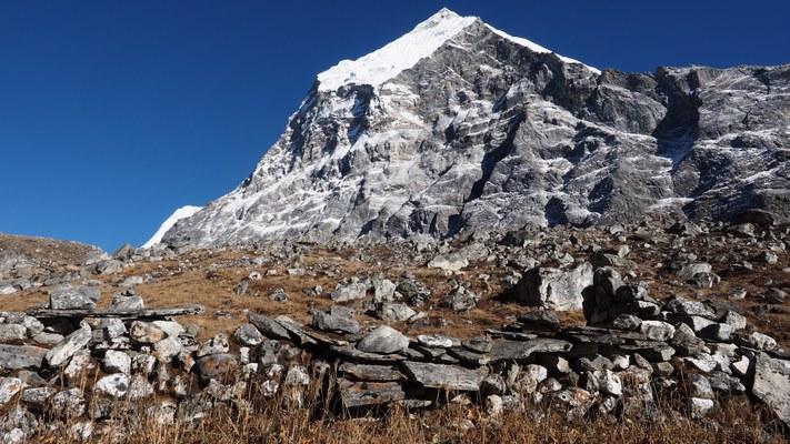Resti di abitazioni Sherpa presso il villaggio abbandonato di Bomdok nell'alta Rolwaling Valley (4900 m) (Foto di Marco Sazzini)