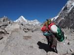 Portatore impegnato nella salita del ghiacciao Trakarding (5200 m) lungo il percorso che congiunge la Rolwaling Valley alla valle del Khumbu (Everest) (Foto di Marco Sazzini)