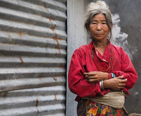 Donna di etnia Tamang che indossa i tradizionali gioielli (Foto di Marco Sazzini)