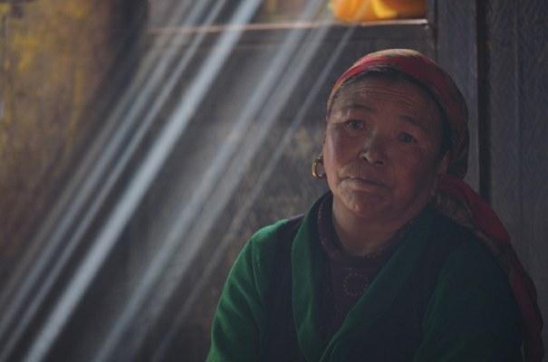 Donna di etnia Sherpa presso il monastero di Beding (Foto di Marco Sazzini)