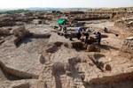 2. In un'area degli scavi sta venendo alla luce un antico silos utilizzato per conservare i cereali. Risale al periodo successivo alla caduta dell'impero ittita (1100 a.C.)