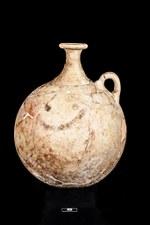 """4. Lo """"smile"""" più antico di sempre? Un vaso dipinto risalente al 1700 a.C. rinvenuto in una sepoltura al di sotto di una casa nell'area A East di Karkemish."""