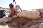 5. Operazioni di scavo attorno ad un'anfora del periodo neoassiro (VII secolo a.C.)