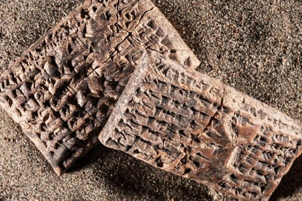 """6. Due tavolette con incisioni in scrittura cuneiforme del VII secolo a.C. che testimoniano il prestito di 20 chili di argento secondo la """"mina di Karkemish""""."""
