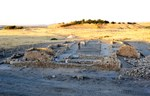 9. I resti della casa di scavo utilizzata dalla squadra di T.E. Lawrence (che sarebbe diventato noto come Lawrence d'Arabia) durante la prima campagna di scavo promossa dal British Museum tra il 1912 e il 1920. Sullo sfondo l'acropoli di Karkemish.