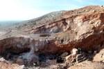 Vista del lato sud del sito di Jebel Irhoud. Quando era abitata dai primi Homo sapiens era presente una grotta, ma la copertura di roccia originaria è stata rimossa nel corso dei primi scavi negli anni '60. Credit: Shannon McPherron, MPI EVA Leipzig, License: CC-BY-SA 2.0.