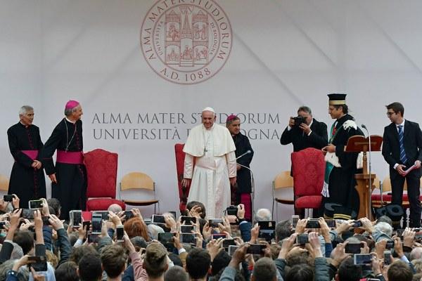 Il Santo Padre arriva sul palco e saluta la comunità universitaria (Foto Schiassi)