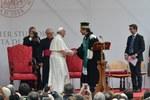 I saluti tra il Rettore e il Santo Padre (Foto Schiassi)