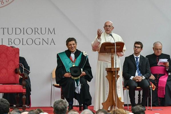 """Il discorso del Santo Padre: """"La vostra Alma Mater, e ogni Università, è chiamata a ricercare ciò che unisce."""" (Foto Schiassi)"""
