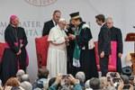 Il Rettore consegna al Santo Padre il Sigillum Magnum, la massima onorificenza dell'Alma Mater (Foto Schiassi)