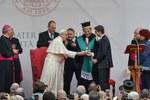 Il saluto tra Papa Francesco, il Rettore Ubertini e Davide Leardini (Foto Schiassi)