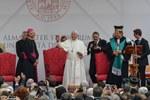 I saluti finali del Santo Padre (Foto Schiassi)