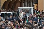 Papa Francesco lascia Piazza San Domenico (Foto Schiassi)