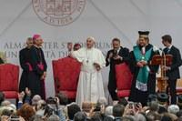 Papa Francesco attraversa Piazza San Domenico  (Foto Schiassi)