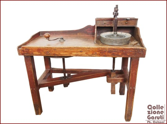 Banco per lapidare. Antico esemplare di banco per lapidare a manovella del XVIII secolo, di pregevole fattura, che conserva ancora tracce di laccatura del legno, una finitura tipica di questo secolo, proveniente da Anversa – Belgio.