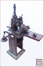 """Ghiglioscè. Strumento da incisione noto come """"Ghiglioscè"""" o """"macchina per arabeschi"""", risalente alla metà del XIX secolo, produttore: Augehsteh & Stahl – Germania."""