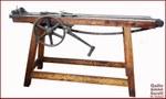 Tirafili. Argano tirafili in legno, ghisa e catena d'acciaio usato per trafilare fili in misure non ottenibili con la sola forza delle braccia, datato all'inizio XX secolo.