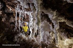 Le bizzare forme bianchissime di concrezionamento nella Cueva Cressi sono formate da sale puro - Foto Riccardo De Luca, La Venta Esplorazioni Geografiche