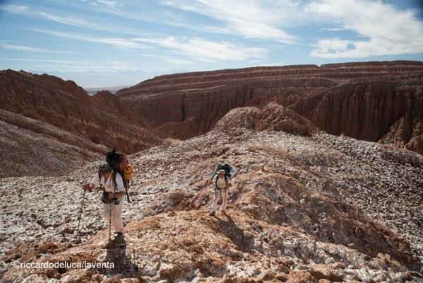 Per raggiungere le grotte servono lunghe camminate in un paesaggio marziano - Foto Riccardo De Luca, La Venta Esplorazioni Geografiche